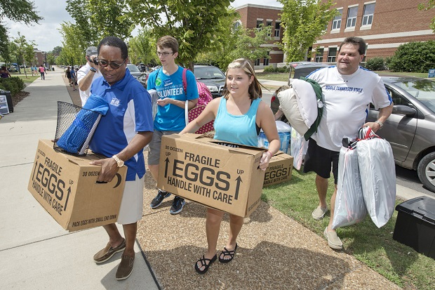 MTSU President McPhee helps new students move into dorms | MTSU President ,Sidney McPhee,Graem Merritt,Macie Mussleman of Collinwood, Tennessee, Matt, Corlew Hall, Andy Heidt, MTSU News
